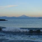 元日早朝、相模湾からの富士山